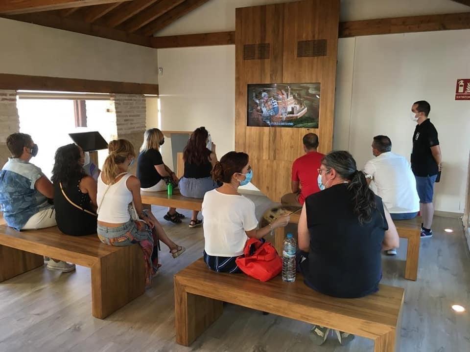 Grupo visitando el Centro de Interpretación Histórica Torre Alquería de Huétor Tájar